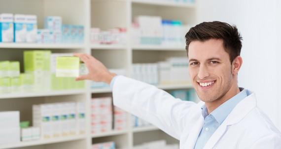 apotheker nimmt medikament aus dem regal